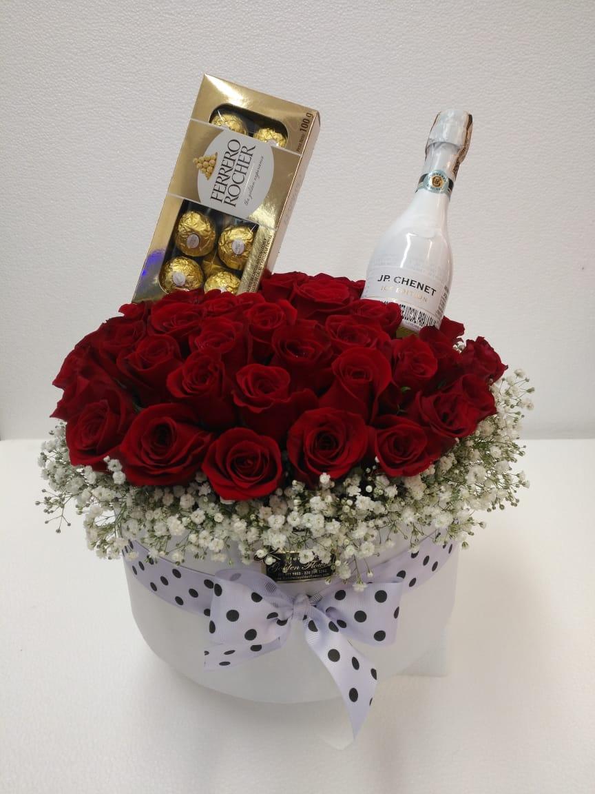 Cubo blanco con 48 rosas rojas y chocolates ferreros cartón una chapaña JP y pela
