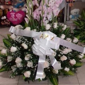 Arreglos Funebres Se compone Arreglos fúnebre abanico gladiolo y rosas blancas Para mas información: Celular: (+57) 316 705 28 09