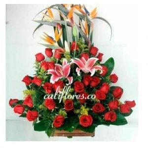 Flores Cumpleaños Mujer | Se compone de Arreglo rosas rojas, lirios y aves Para mas información: Celular: (+57) 316 705 28 09