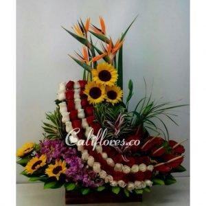Rosas Blancas | Se compone de Bailarina rosas rojas ,rosas blancas ,girasoles, anturios, aves ,orquídeas hawaianas Para mas información: Celular: (+57) 316 705 28 09