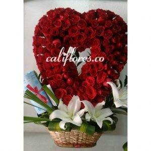 Floristeria Cali 24 Horas - Se compone de Canasta corazón rosas rojas y lirios blancos Para mas información:Celular:(+57) 316 705 28 09