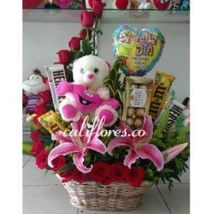 Tiendas de Regalos Cali | Se compone de Canasta rosas fucsia ,lirios ,chocolates ,peluche y globo Para mas información: Celular:(+57) 316 705 28 09