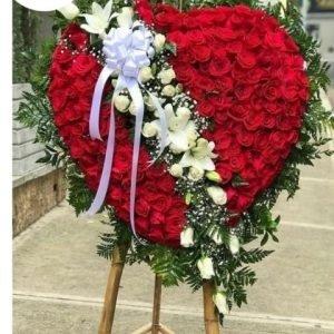 Flores Funebres Cali - Se compone de Corona fúnebre Corazón rosas rojas y linea de lirios blancos Para mas información: Celular:(+57) 316 705 28 09