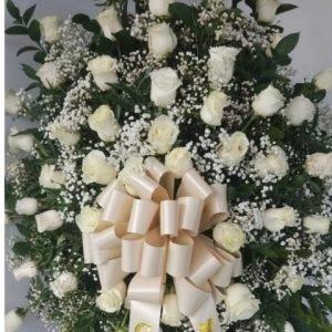 Arreglos de Flores Funebres - Se compone Corona fúnebre rosas blancas ,perla y rusco-Coronas fúnebres Cali Para mas información: Celular: (+57) 316 705 28 09