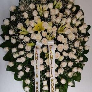 Coronas de Flores Funebres - Se compone Corona fúnebre rosas blancas, lirios mantequilla ,perlas y karey Para mas información: Celular: (+57) 316 705 28 09