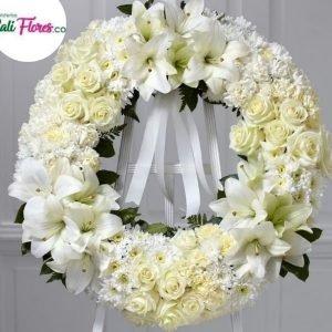 Ramos Funebres Cali - Se compone Corona tapizado redondo rosas blancas ,lirios y pompón Para mas información: Celular: (+57) 316 705 28 09