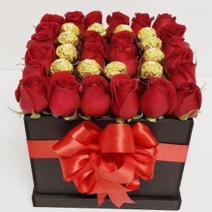 Se compone de Cubo de rosas rojas y chocolates Para mas información: Celular:(+57) 316 705 28 09 - Envíos a Domicilio