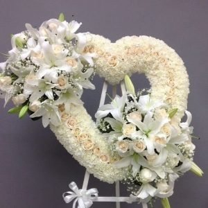 Ramos Funebres en Cali - Se compone Fúnebre tapizado corazón pinochos ,rosas y lirios blancos Para mas información: Celular: (+57) 316 705 28 09
