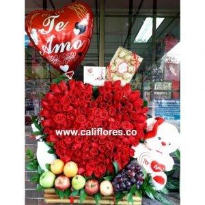 Jardinera Rosas Rojas | Se compone de Jardinera corazón rosas rojas ,frutas ,peluches, chocolates y globo Para mas información: Celular:(+57) 316 705 28 09